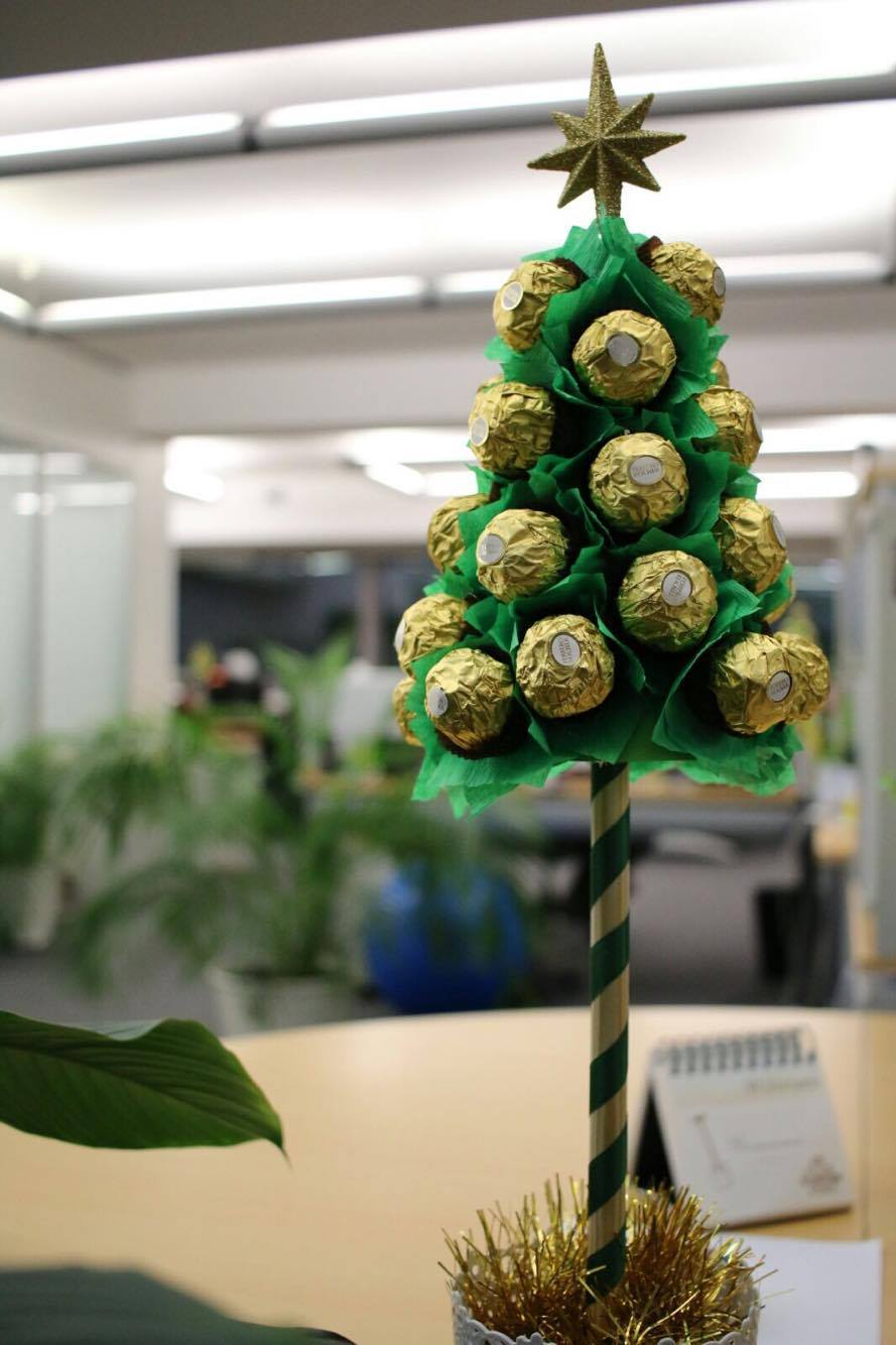 Christmas office decorations - Travel Communication